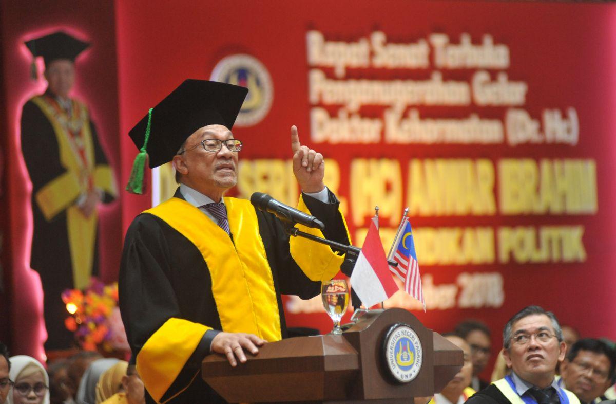 UNP Beri Gelar Doktor Untuk Anwar Ibrahim