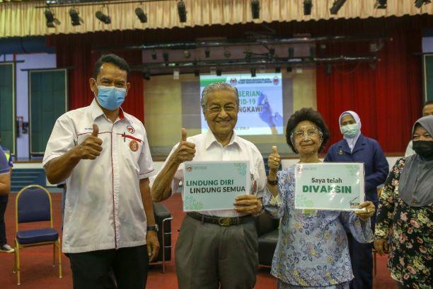 Mahathir Mohamad Penerima Vaksin Dengan Usia Tertua di Malaysia